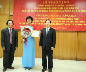 Hien Vu receiving award